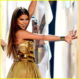 "Selena Gomez performs ""Come and get it"""